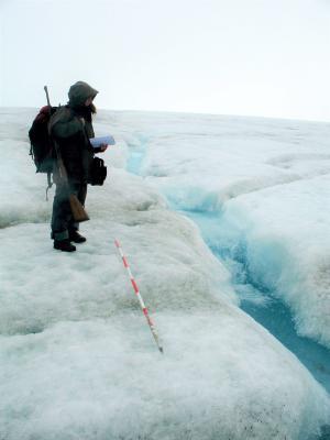 Osoba stająca przy potoku supraglacjalnym