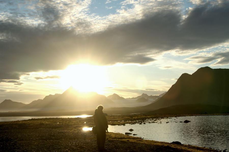 Osoba stojąca na tle krajobrazu polarnego